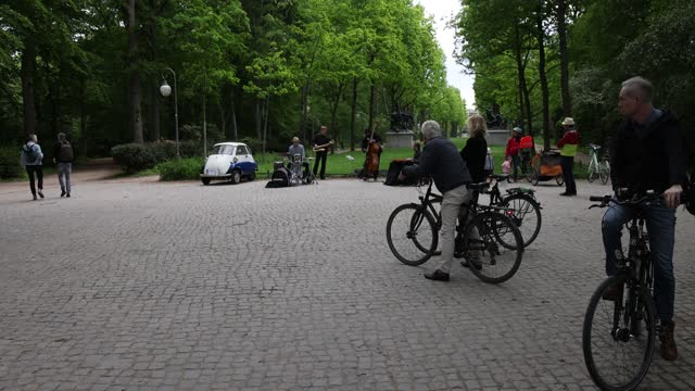 vídeos de stock, filmes e b-roll de jazz band is playing in the tiergarten park in the evening during the coronavirus pandemic on may 21, 2021 in berlin, germany. authorities are easing... - comédia de sketches
