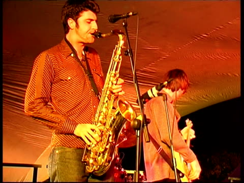 stockvideo's en b-roll-footage met jazz band performing: christopher wilson (sax), gregg hatton (guitar), psycho zydeco, great britain - saxofonist