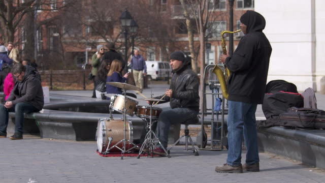 stockvideo's en b-roll-footage met jazz duo performing in washington square park - saxofonist