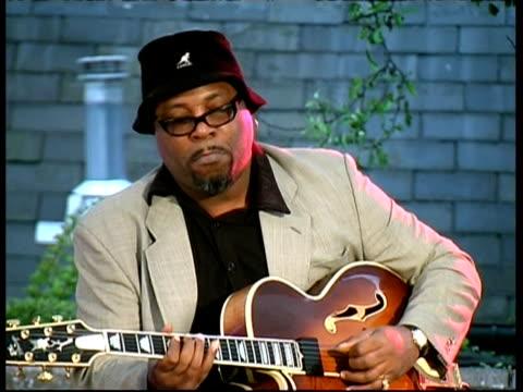 jazz guitarist grant green junior performing, great britain - ギタリスト点の映像素材/bロール