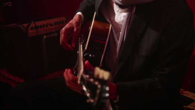 stockvideo's en b-roll-footage met jazz guitarist playing music. - alleen één oudere man