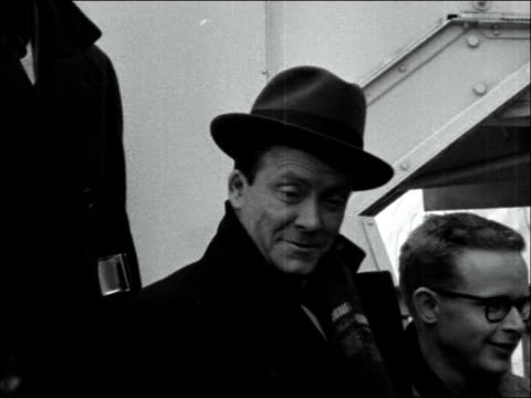 vidéos et rushes de eddie condon arrives at london airport england london airport eddie condon with band on steps of plane / condon and band surrounded by press / band... - humphrey lyttelton