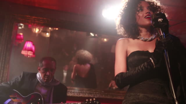 vidéos et rushes de jazz singer and band perform in nightclub. - pianiste