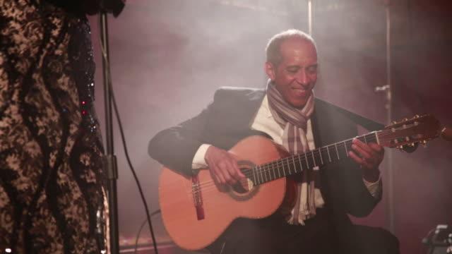 vídeos y material grabado en eventos de stock de jazz singer and guitarist perform in intimate nightclub. - jazz