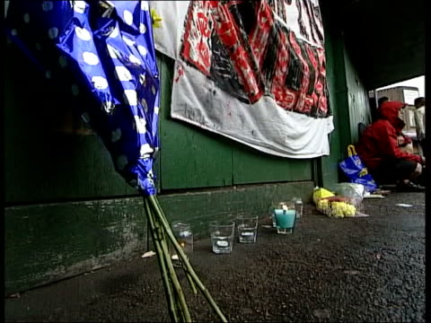 ipcc investigation announced england london stockwell ext flowers and candles laid outside tube station where jean charles de menezes was shot by... - ストックウェル点の映像素材/bロール