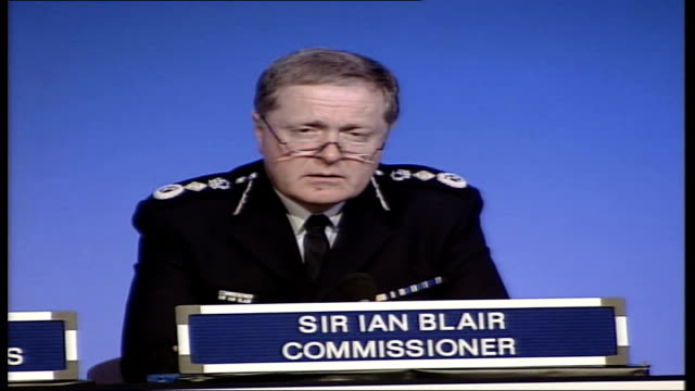 leaked report london int sir ian blair press conference sot information i have available is that shooting is directly linked to ongoing and expanding... - jean charles de menezes bildbanksvideor och videomaterial från bakom kulisserna