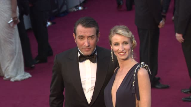 vídeos de stock, filmes e b-roll de jean dujardin and alexandra lamy at 84th annual academy awards - arrivals on 2/26/12 in hollywood, ca. - jean dujardin