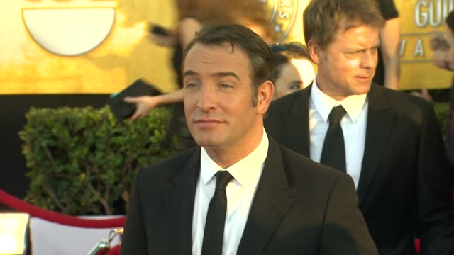 vídeos de stock, filmes e b-roll de jean dujardin at 18th annual screen actors guild awards - arrivals on 1/29/12 in los angeles, ca. - jean dujardin