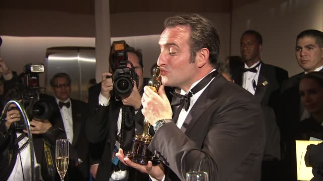vídeos de stock, filmes e b-roll de jean dujardin at 2012 governors ball on 2/26/12 in hollywood, ca. - jean dujardin