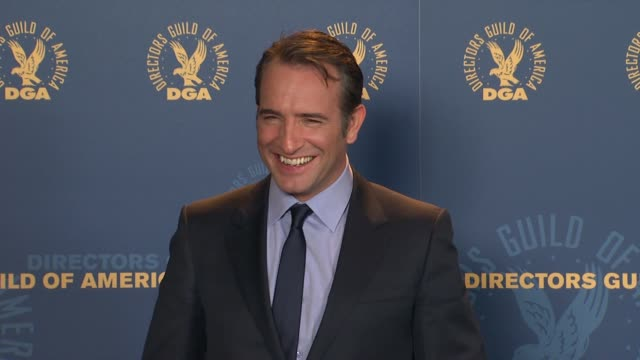 vídeos de stock, filmes e b-roll de jean dujardin at 64th annual dga awards - press room on 1/28/12 in los angeles, ca. - jean dujardin