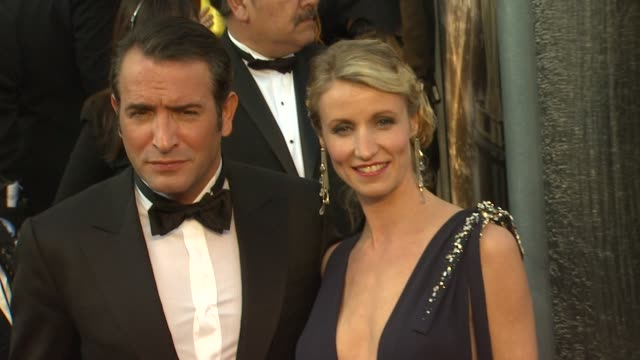 vídeos de stock, filmes e b-roll de jean dujardin at 84th annual academy awards - arrivals on 2/26/12 in hollywood, ca. - jean dujardin