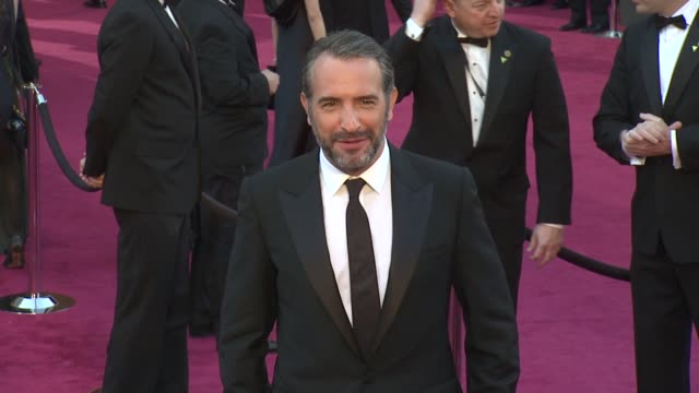 vídeos de stock, filmes e b-roll de jean dujardin at 85th annual academy awards - arrivals on 2/24/13 in los angeles, ca . - jean dujardin