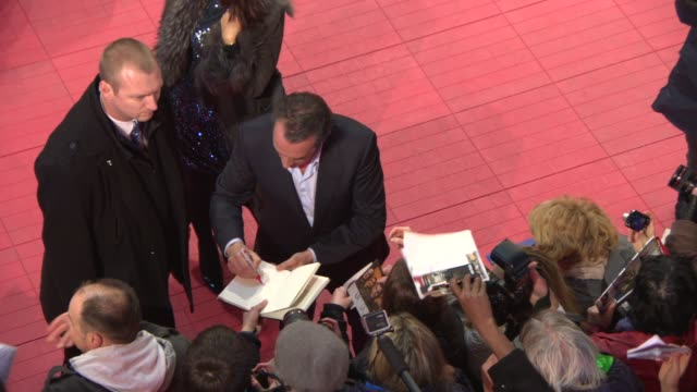vídeos de stock, filmes e b-roll de jean dujardin at 'the monuments men' red carpet at berlinale palast on february 8, 2014 in berlin, germany. - jean dujardin