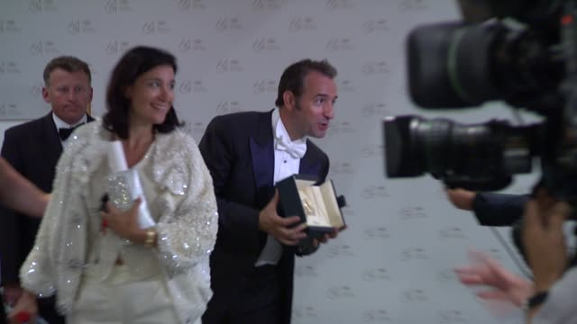 vídeos de stock, filmes e b-roll de jean dujardin at the winners press conference & reactions: 64th cannes film festival at cannes . - jean dujardin