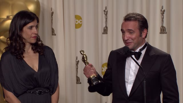 vídeos de stock, filmes e b-roll de jean dujardin explains the preparation for his role in 'the artist' at 84th annual academy awards - press room on 2/26/12 in hollywood, ca. - jean dujardin