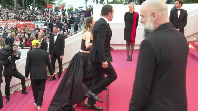 vídeos de stock, filmes e b-roll de jean dujardin, marion cotillard, gilles lellouche at 'la belle epoque' red carpet arrivals - the 72nd cannes film festival at palais des festivals on... - jean dujardin