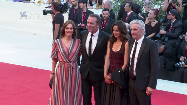 vídeos de stock, filmes e b-roll de jean dujardin, nathalie pechalat at 'j'accuse'- red carpet arrivals - 76th venice film festival on august 30, 2019 in venice, italy. - jean dujardin