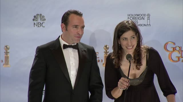 vídeos de stock, filmes e b-roll de jean dujardin on how the film is great at 69th annual golden globe awards - press room on 1/15/2012 in beverly hills, ca. - jean dujardin