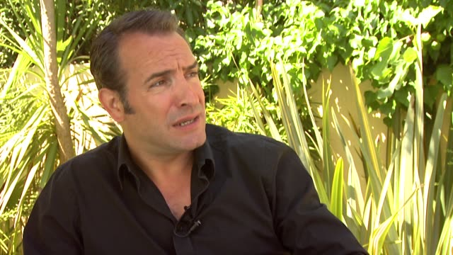 vídeos de stock, filmes e b-roll de jean dujardin on the film, his reaction to the idea of a silent film, why he thinks it works at the artist interview: 64th cannes film festival at... - jean dujardin