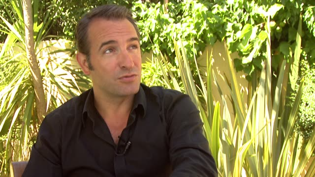 vídeos de stock, filmes e b-roll de jean dujardin on the preparation he did for this film and his approach at the artist interview: 64th cannes film festival at all suites residences on... - jean dujardin