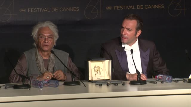 vídeos de stock, filmes e b-roll de jean dujardin on winning the award at the winners press conference & reactions: 64th cannes film festival at cannes . - jean dujardin