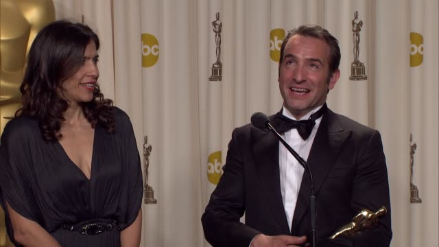 vídeos de stock, filmes e b-roll de jean dujardin talks about dropping the f-bomb at 84th annual academy awards - press room on 2/26/12 in hollywood, ca. - jean dujardin
