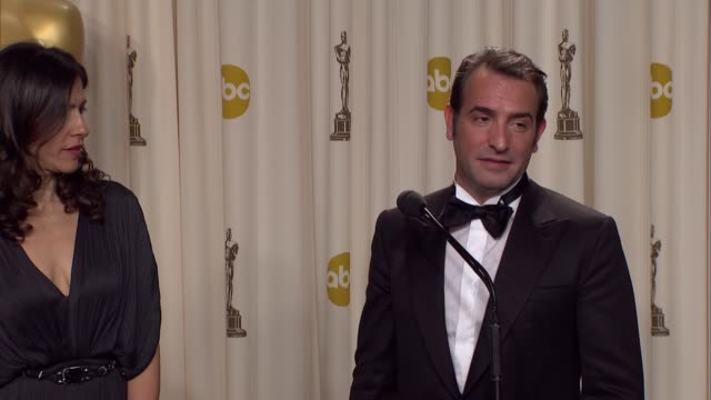 vídeos de stock, filmes e b-roll de jean dujardin talks about his four-legged friend at 84th annual academy awards - press room on 2/26/12 in hollywood, ca. - jean dujardin