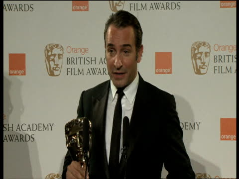 jean dujardin thanking his colleagues and on the story of the artist at the orange british academy film awards 2012 press room interview jean... - jean dujardin stock videos and b-roll footage