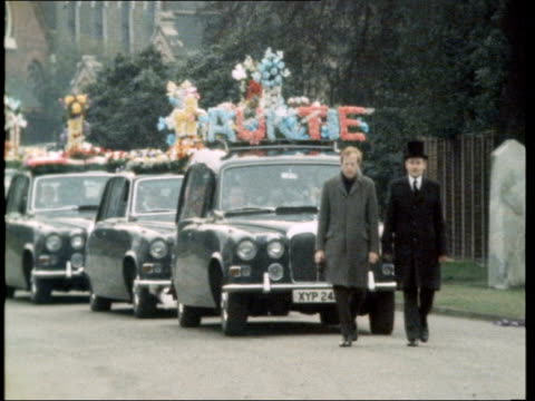 funeral held in east end england east london ms detectives in road ms police and men ms people outside church ms funeral procession of cars and... - イーストロンドン点の映像素材/bロール