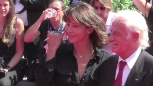 jean paul belmondo and sophie marceau on the red carpet at the 2016 venice film festival to receive an hommage award for lifetime achievement on... - 生涯功労賞点の映像素材/bロール