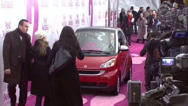 vídeos y material grabado en eventos de stock de jean reno and steve martin at the world premiere of the pink panther 2 at new york ny - steve martin