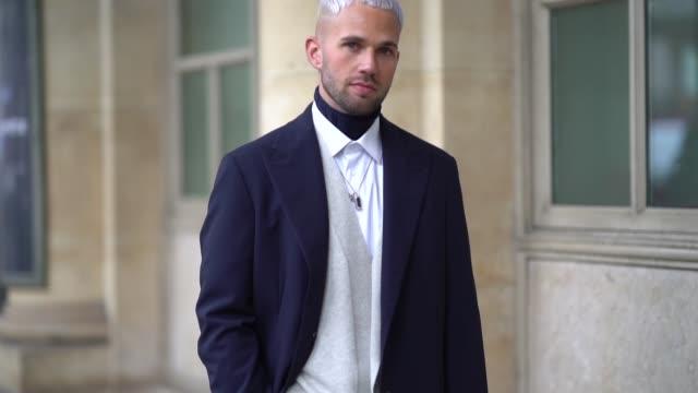 vídeos y material grabado en eventos de stock de jean sebastien rocques wears a blue coat, brown corpped pants, white sneakers, a white shirt, outside louis vuitton, during paris fashion week... - camisa blanca