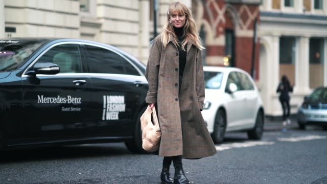 stockvideo's en b-roll-footage met jeanette madsen wears a brown checked long coat a puffer bag black jeans during london fashion week february 2019 on february 18 2019 in london... - ski jack