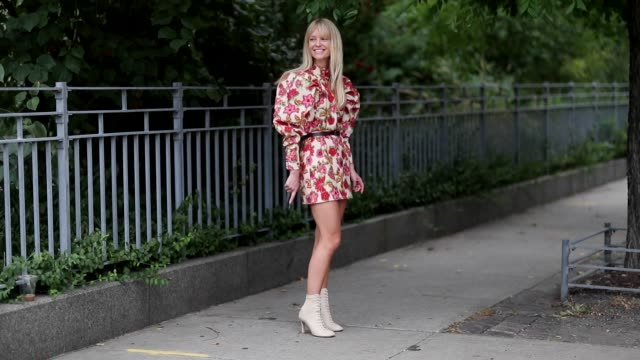 vídeos de stock e filmes b-roll de jeannette madsen wearing dress with floral print is seen outside selfportrait during new york fashion week spring/summer 2019 on september 8 2018 in... - padrão floral