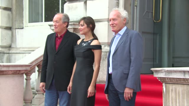 vídeos de stock e filmes b-roll de jean-pierre dardenne, marion cotillard, luc dardenne at 'two days one night' uk film premiere at somerset house on august 07, 2014 in london, england. - vestido preto