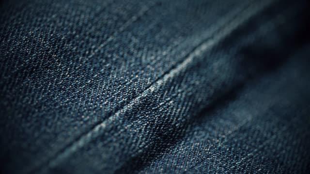 vidéos et rushes de gros plan de texture de matériau de jeans. dolly shot - jeans texture
