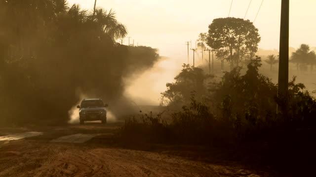 vídeos de stock, filmes e b-roll de jeep and motorbike pass on very dusty road, near sao benedito river, brazil [brasil] - estrada rural