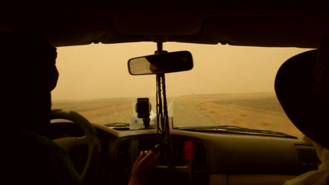vídeos de stock e filmes b-roll de a jeep and passengers in hot weather on the road of sahara desert in morocco. - carro 4x4