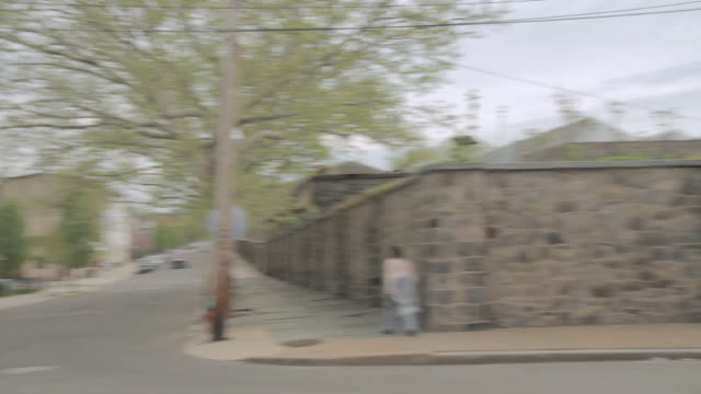 vídeos de stock e filmes b-roll de pan jeep driving through a city neighborhood / united states - rasto de movimento
