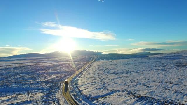 vídeos y material grabado en eventos de stock de jeep driving through snowy landscape - vehículo de todo terreno