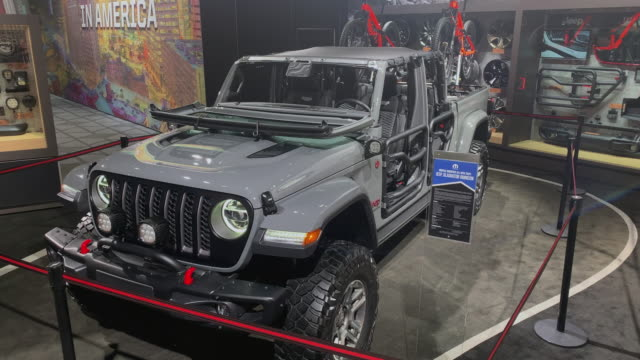 vidéos et rushes de jeep front end; dolly out - wide shot jeep front end / high angle jeep front end / front quarter driver side medium shot driver side profile of open... - gladiateur