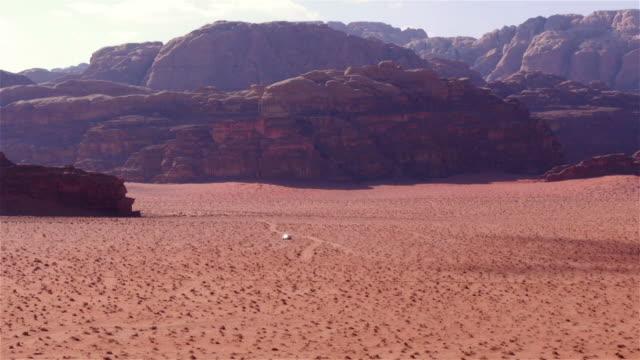 vidéos et rushes de ws jeep passing through desert in wadi rum, jordan, middle east - 4x4