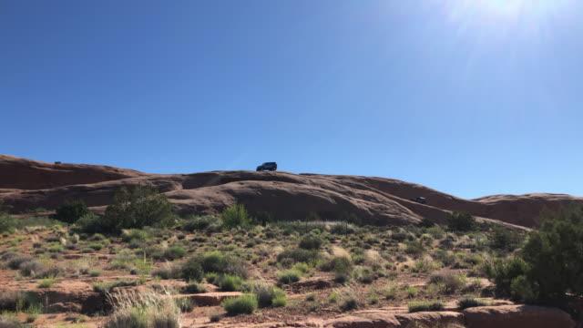 vídeos de stock e filmes b-roll de jeep rock climbing in moab - outdoor pursuit