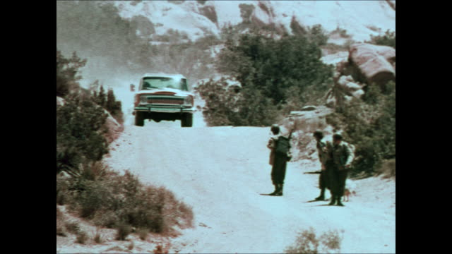 1975 jeep tv commercial - troop transport - 4x4 video stock e b–roll