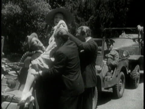 1943 MONTAGE Jeeps in the public eye /