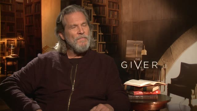 vídeos de stock, filmes e b-roll de interview jeff bridges on what he wants kids and parents to walk away from the film with at 'the giver' press junket at the four seasons hotel los... - four seasons hotel