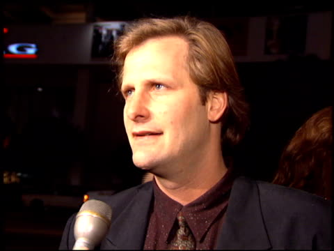 jeff daniels at the 'dumb and dumber' premiere at the cinerama dome at arclight cinemas in hollywood california on december 6 1994 - arclight cinemas hollywood stock-videos und b-roll-filmmaterial