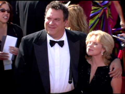 vídeos y material grabado en eventos de stock de jeff garlin and guest at the 2006 primetime emmy awards arrivals at the shrine auditorium in los angeles, california on september 19, 2004. - premio emmy anual primetime