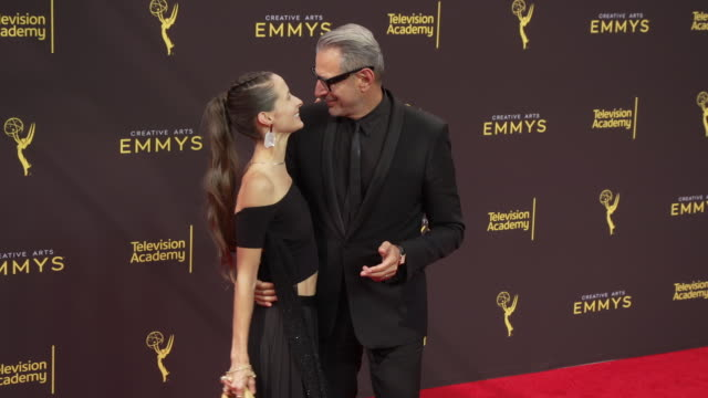 vídeos y material grabado en eventos de stock de jeff goldblum and emilie livingston at the 2019 creative arts emmy awards - day 1 at microsoft theater on september 14, 2019 in los angeles,... - premios emmy