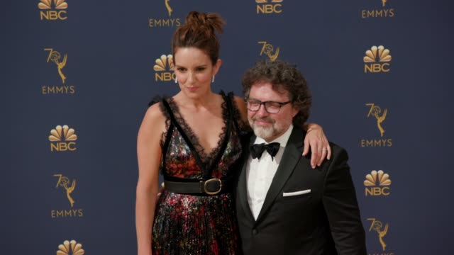 vídeos y material grabado en eventos de stock de jeff richmond and tina fey at the 70th emmy awards arrivals at microsoft theater on september 17 2018 in los angeles california - tina fey